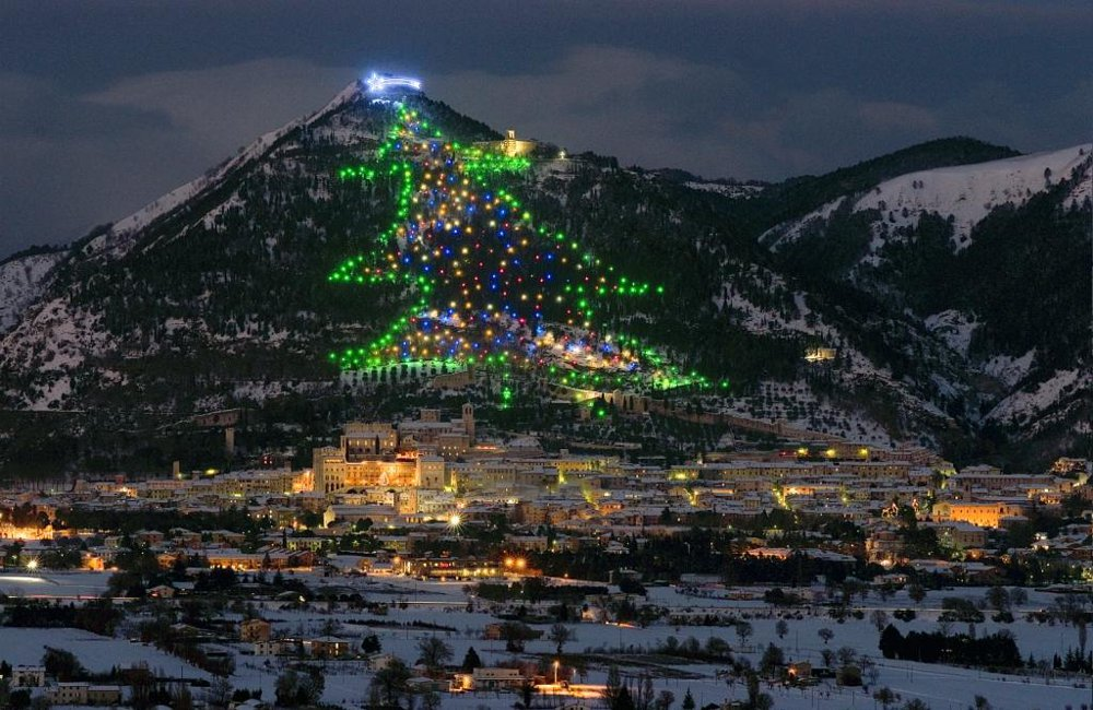 Immagini Di Natale In Montagna.A Gubbio L Albero Di Natale Piu Grande Del Mondo Date