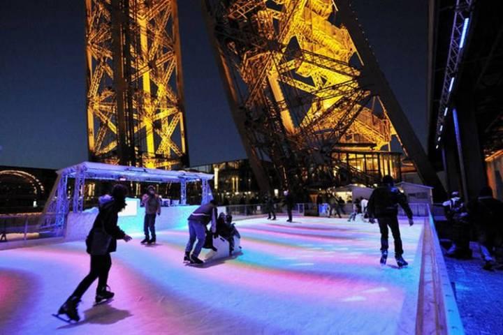 Pattinare sul ghiaccio sulla Torre Eiffel Parigi