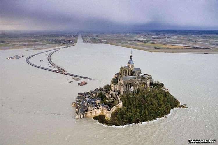 La marea del secolo in Francia e Mont Saint Michel torna isola