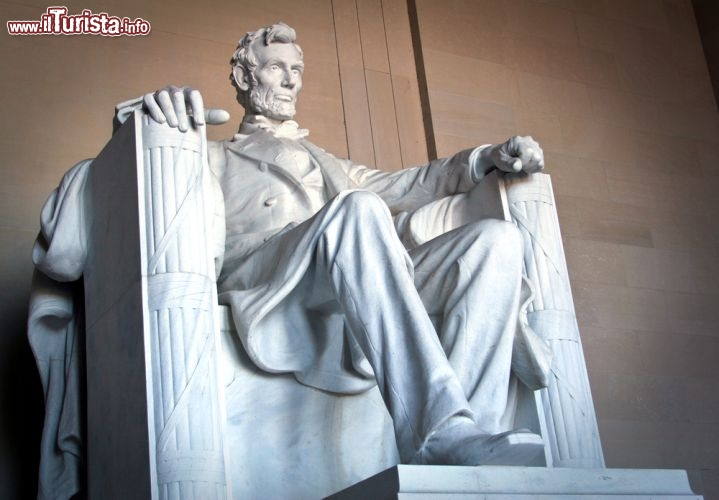 Immagine Abram Lincoln e la sua grande statua che si trova all'interno del memoriale di Washington, USA - © Timothy Michael Morgan / Shutterstock.com
