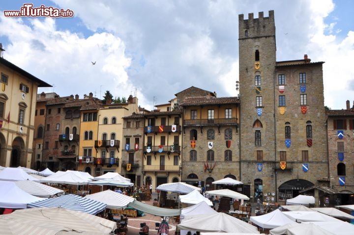 Arezzo il mercatino dell 39 antiquariato in foto arezzo for Arezzo antiquariato