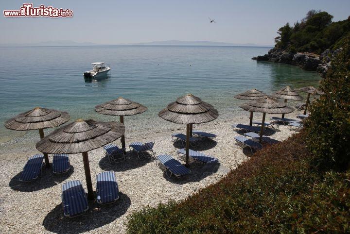 Bagno attrezzato in una spiaggia con ciottoli ...  Foto Skopelos