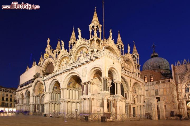 Basilica Di San Marco Nel Cielo Serale La Famosa