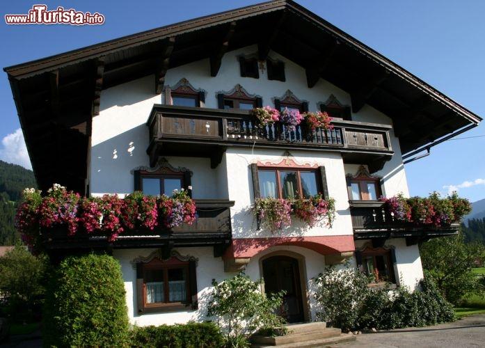 Casa tipica con gerani alle finestre fotografata for Gerani tirolesi