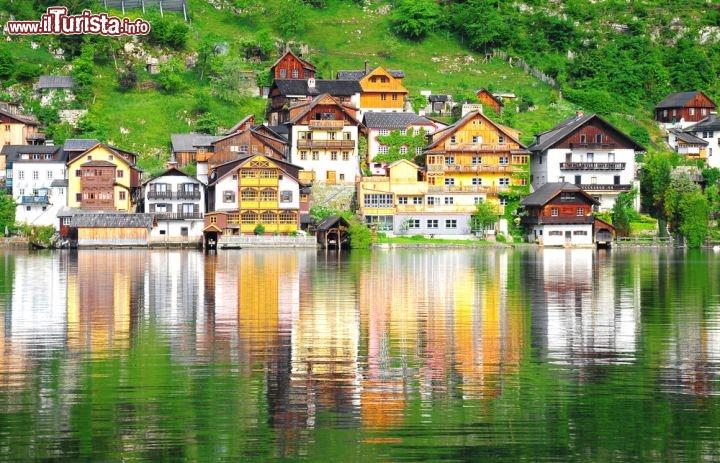 Le case colorate di hallstatt austria si riflettono for Case inglesi foto