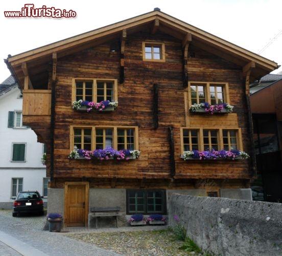 Chalet in legno con gerani in centro ad andermatt for Disegni di chalet svizzeri
