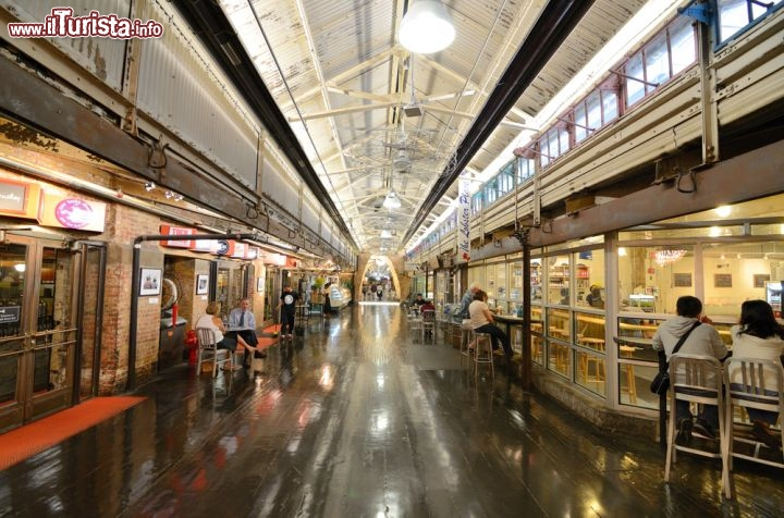 Immagine Interno del Chelsea Market a New York, Stati Uniti. Una veduta dei negozi all'interno del mercato coperto di New York City - © Sean Pavone / Shutterstock.com