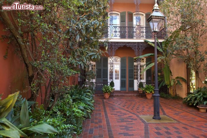 Cortile interno nel quartiere francese new orleans for Casa in stile new orleans