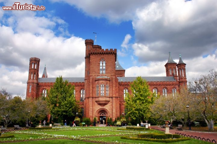 Immagine L'edificio Smithsonian Institute a Washington DC, USA - © quantabeh / Shutterstock.com