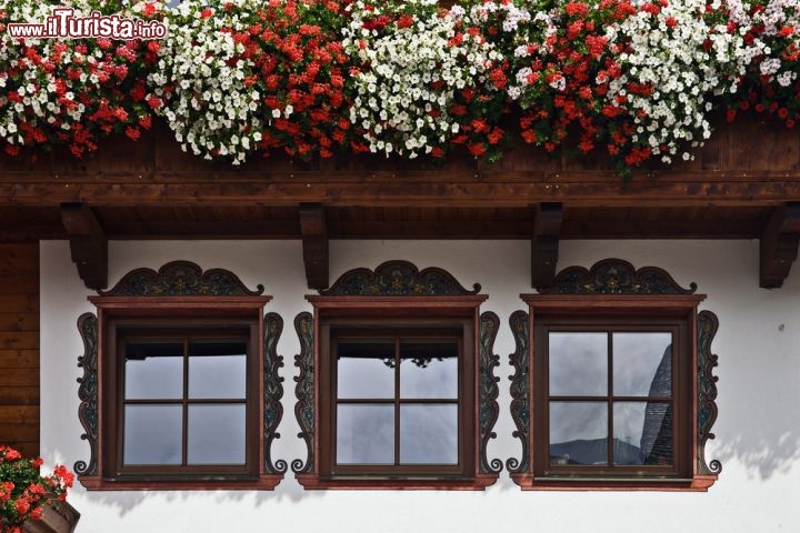 Un particolare di finestre e balcone fiorito foto - Foto di finestre ...