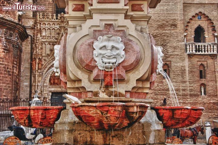 Una delle antiche fontane che abbelliscono siviglia for Fontane antiche