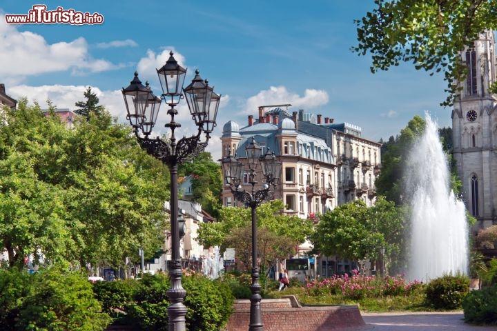 una fontana nel parco delle terme di baden baden foto baden baden. Black Bedroom Furniture Sets. Home Design Ideas