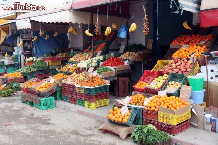 Frutta e verdura esposte in un negozio del mercato for Mercato arredamento