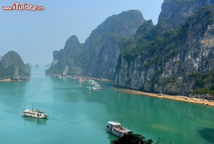 Immagine Ha Long Bay Vietnam, la magnifica spiaggia e le barche pronte ad accompagnare i turisti tra le isole calcaree e presso le numerose grotte di questa zona carsica costiera - © Disdero - Creative Commons Attribution 2.0 Generic license.