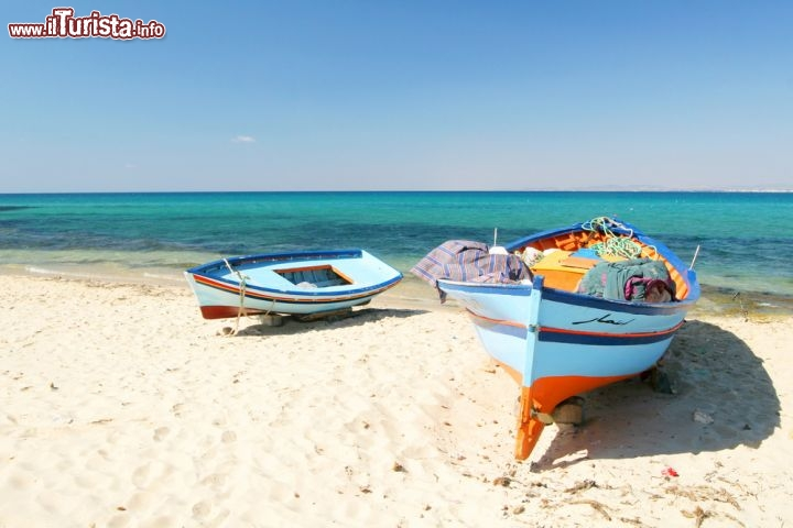 Il mare di hammamet alcune barche sulla spiaggia for Disegni moderni della casa sulla spiaggia