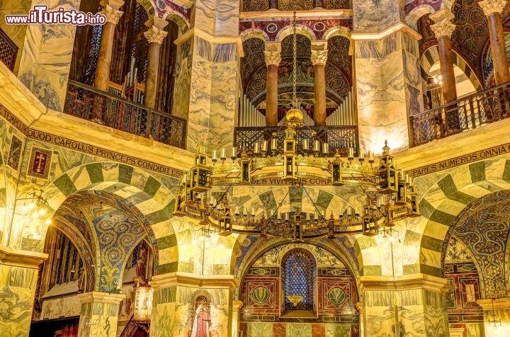 Il ricco interno della cappella palatina ad aachen for Interno 5 b b roma