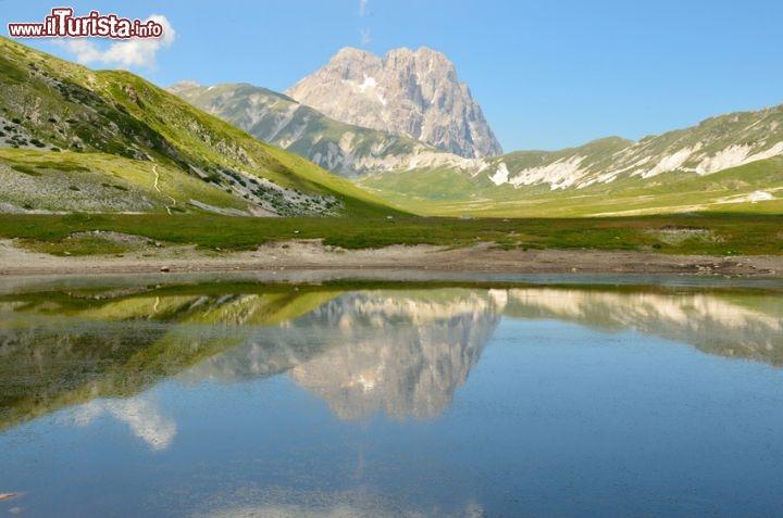 Il gran sasso si specchia sul lago pietranzoni foto for Casetta sul lago catskills ny
