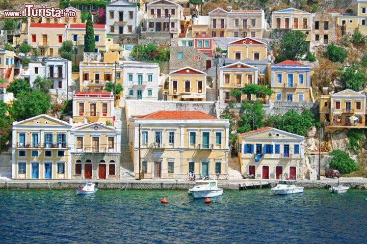 Le case colorate del porto neoclassico di symi foto for Case in stile nord ovest pacifico