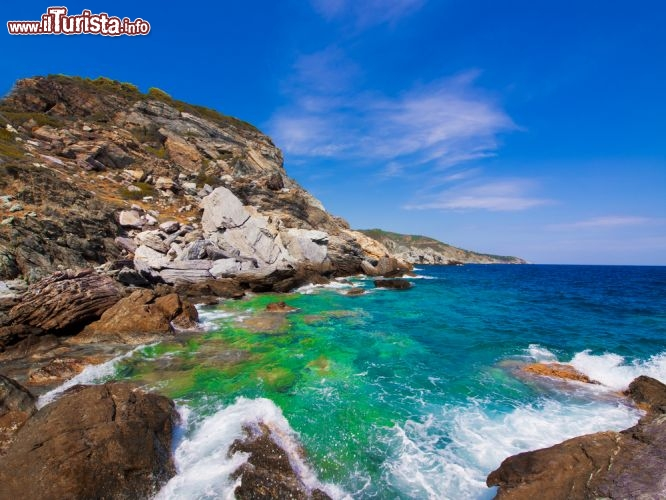 Immagine Mar Egeo: le acque smeraldo dell'isola Skopelos in Grecia - © Mr. Green / Shutterstock.com