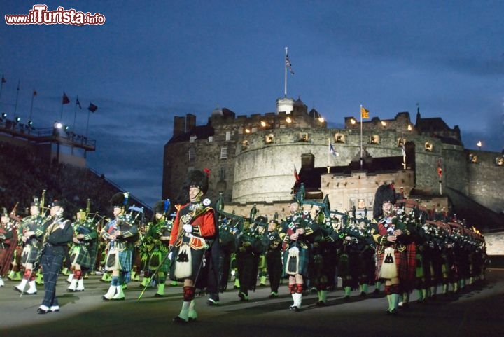 Immagine Massed Pipes and drums: ad Edimburgo lo spettacolo estivo del Military Tattoo, presso l'Edinburgh Castle - © domhnall dods / Shutterstock.com