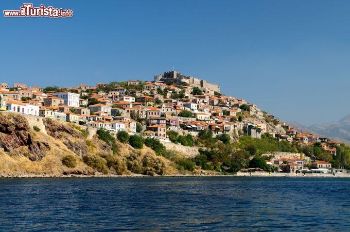 il villaggio di molyvos visto dal mare durante foto