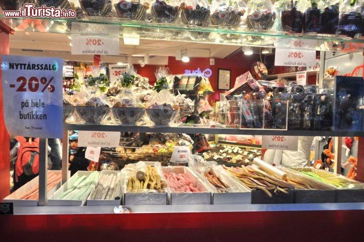 Negozio di caramelle e dolci lungo la storgata foto for Casa di caramelle