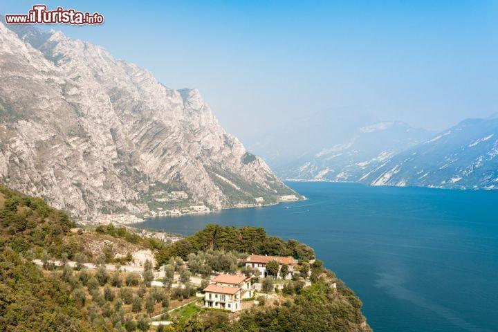 Fotografia panoramica del lago di garda limone foto for Casetta sul lago catskills ny