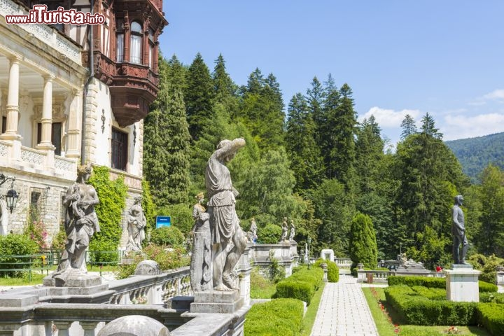 Lo splendido parco di castello peles a sinaia foto sinaia for Puglia garden city ny