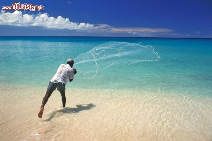 Immagine Pescatore a Mullins Beach, sulla west coast di Barbados - Fonte: Barbados Tourism Authority