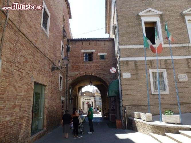 Piazza garibaldi e porta romana a loreto foto loreto - Porta romana viaggi ...