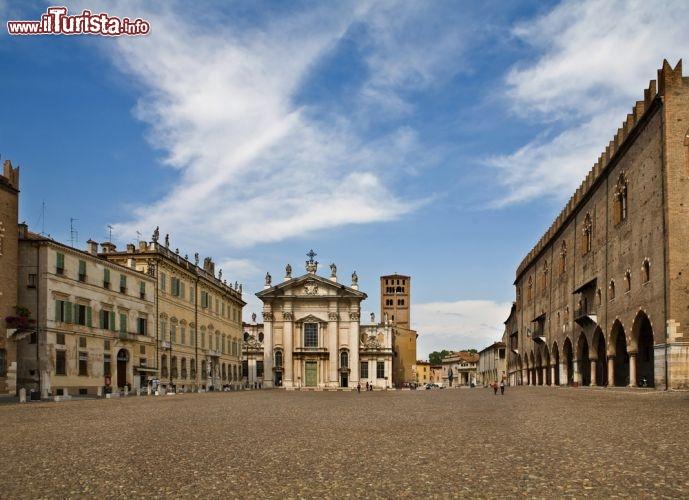 Piazza sordello in centro a mantova sullo sfondo for Piazza sordello