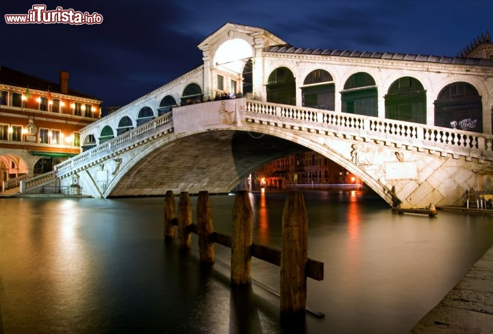 Il ponte di rialto a venezia sul canal grande foto for Foto di ponti su case