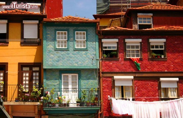 Passeggiando tra le case di oporto portogallo foto for Immagini facciate case