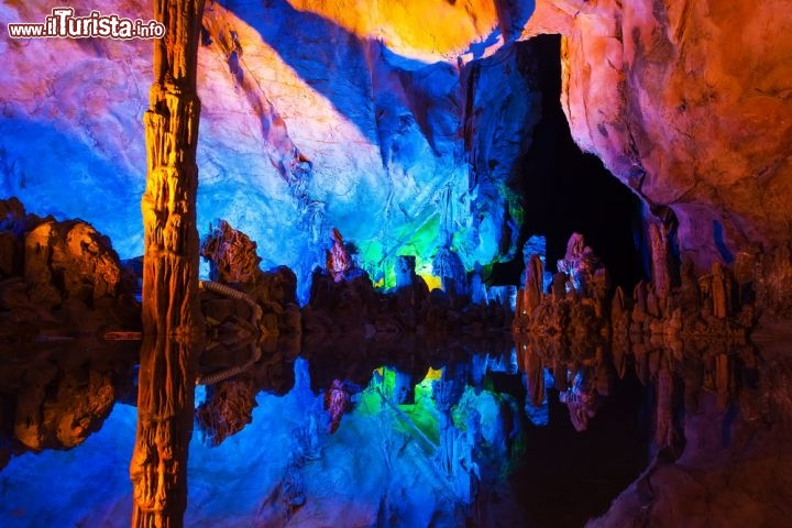 Immagine Ree Flute Caves, le splendide grotte si trovano vicino a Guilin in Cina - © TDway / Shutterstock.com
