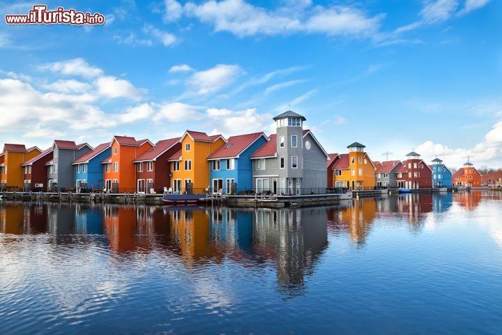 Reitdiephaven la baia con case colorate a groningen for Foto di ville colorate