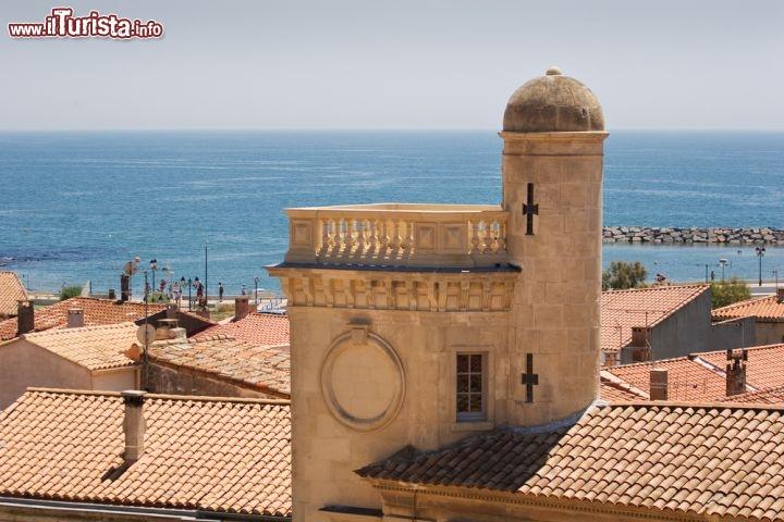 Un edificio storico nel centro di saintes maries - Office de tourisme sainte marie la mer ...