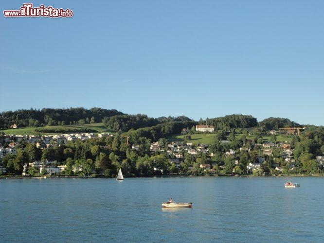 Scorcio dal battello in navigazione sul lago foto for Casetta sul lago catskills ny