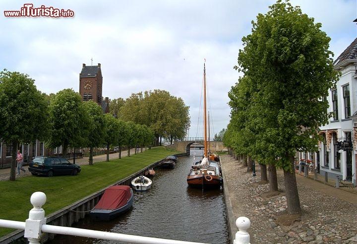 Immagine scorcio del fiume in centro a sloten, in olanda