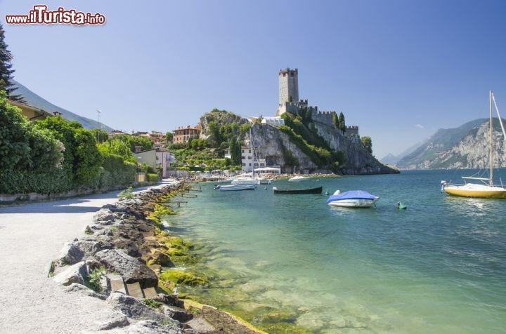 Matrimonio Spiaggia Lago Di Garda : La spiaggia sul lungolago di malcesine verona foto