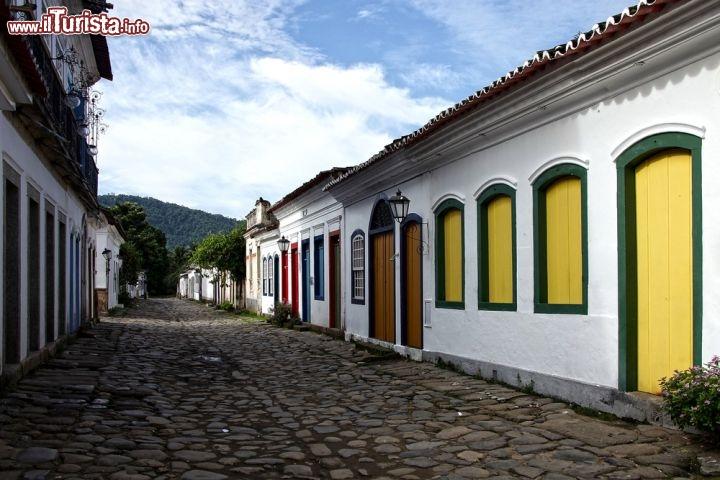 Una strada tipica del centro coloniale di paraty for La parati italia
