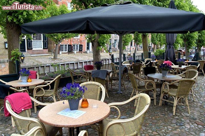 Tavoli all 39 esterno di un bar nel cuore di foto sloten for Tavolini esterni