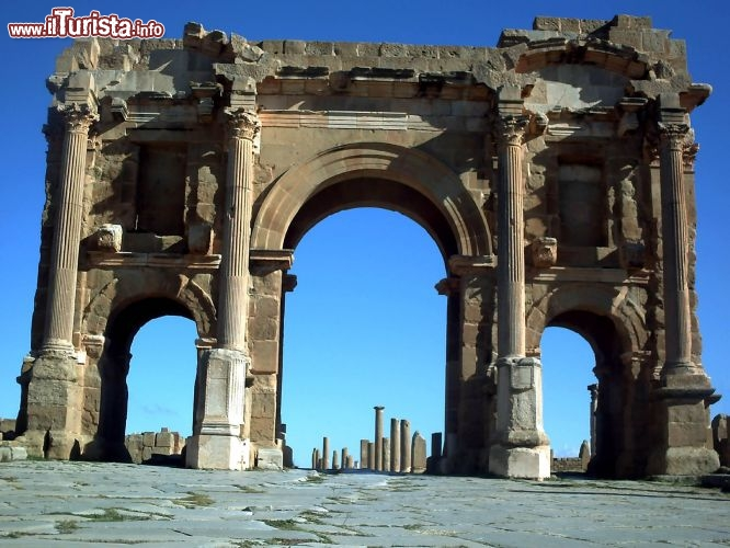 Timgad algeria porta della citt romana foto foto - Porta romana viaggi ...