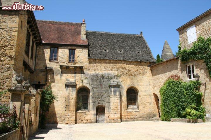 Un tipico cortile di sarlat il borgo in aquitania for Cortile della campagna francese