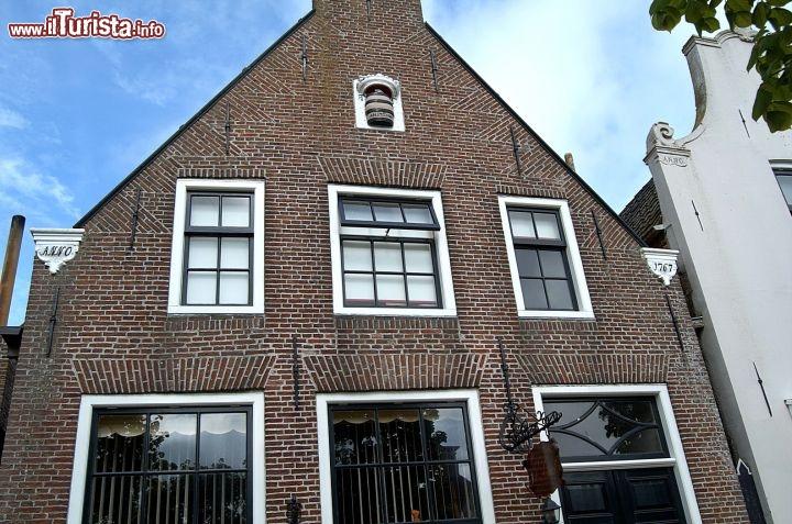 Una facciata di una casa a sloten in olanda con foto - Facciata di una casa ...