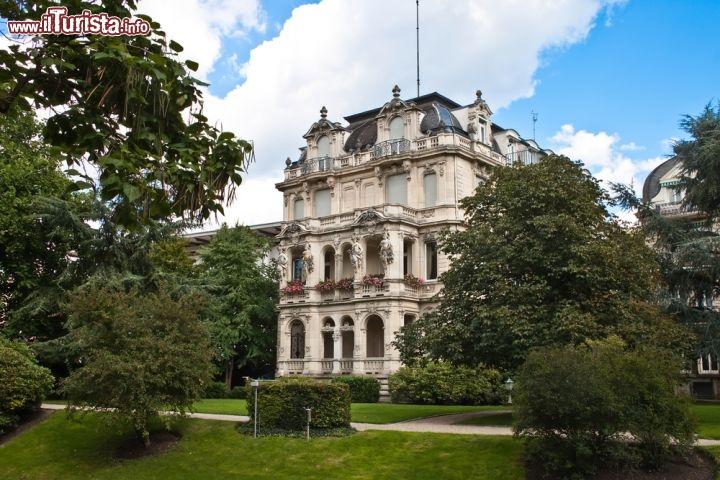 una villa storica nel parco di baden baden in foto baden baden. Black Bedroom Furniture Sets. Home Design Ideas
