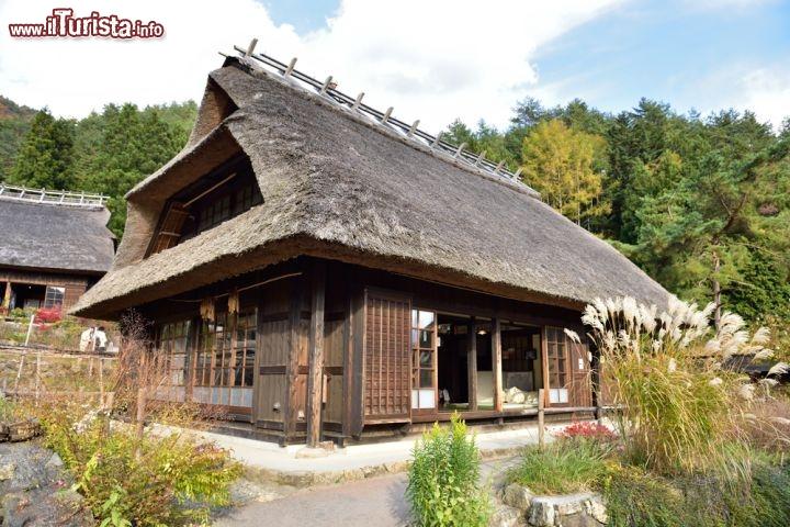 Casa tradizionale giapponese nel villaggio tipico for Planimetria casa tradizionale giapponese
