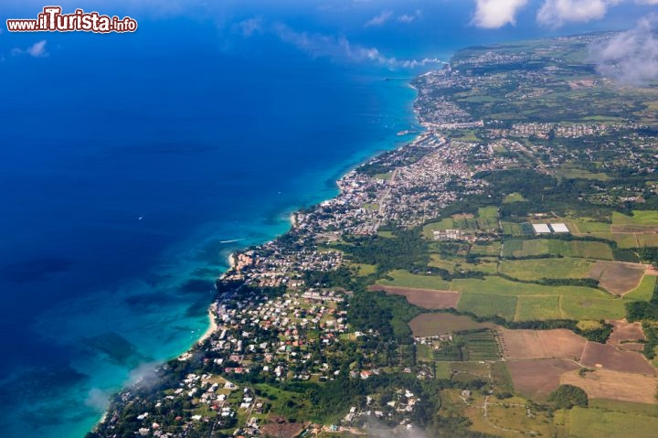 Immagine Volo in arrivo a Barbados: l'aereo sta per atterrare a Bridgetown, al Sir Grantley Adams International Airport (GAIA) - © Anton_Ivanov / Shutterstock.com