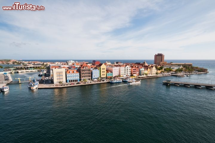 Immagine Willemstad la colorata capitale dell'isola di Curacao - © Hank Shiffmanr / Shutterstock.com