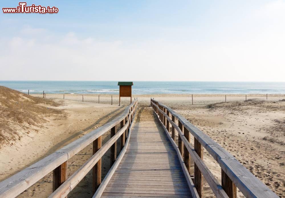 Matrimonio Spiaggia Riviera Romagnola : Accesso alla spiaggia di marina ravenna riviera
