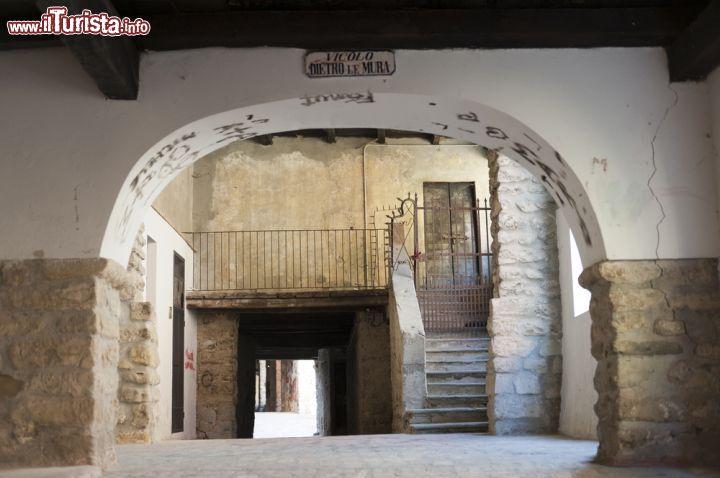 Antico portico del vicolo dietro le mura nel foto varzi for Avvolgere le planimetrie del portico